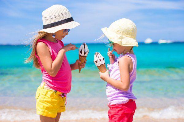 Это не только вкусно, но и безопасно: эксперты рассказали, чем кормить детей на пляже