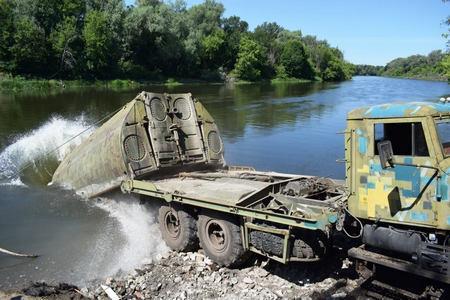 Укротили водную стихию: штаб АТО поделился впечатляющим видео, как украинские войска форсировали на танках водоем на Донбассе