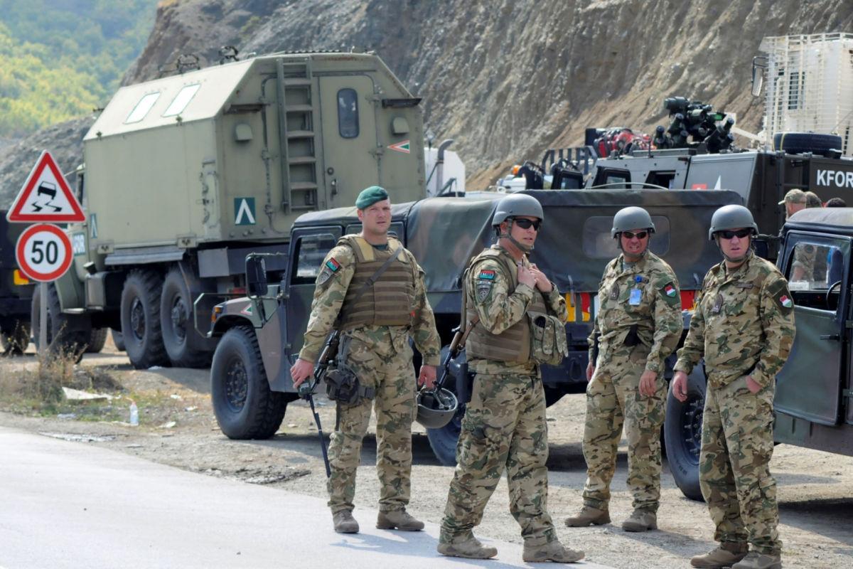 Сербия перебросила танки и боевую авиацию к границе Косово: Приштина срочно созывает Совбез
