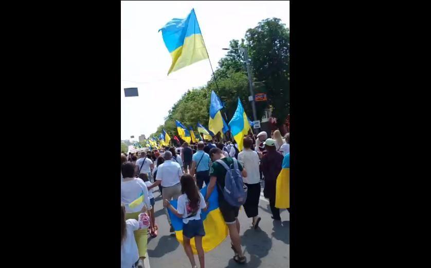 """В Мариуполе тысячи людей с флагами Украины вышли на марш, празднуя освобождение от """"ДНР"""""""