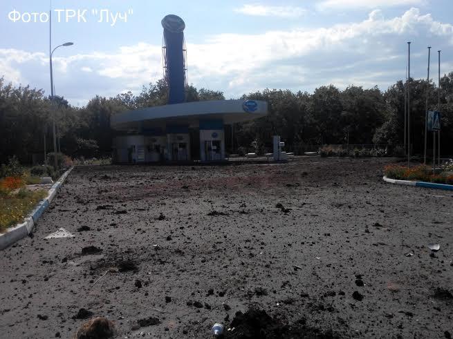 Последствия авиаудара в Красном Луче: один погибший, пустые полки в магазинах, забитые людьми подвалы