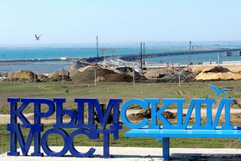 """Масса строителей и техники: Сеть поразили кадры Крымского моста накануне """"помпезного"""" его открытия Путиным"""