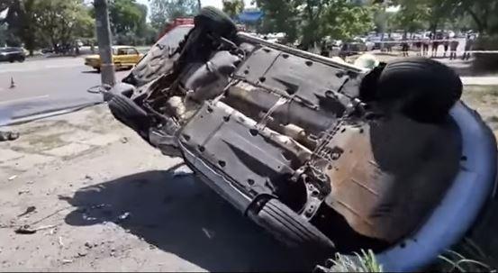 В Днепре машина снесла на остановке людей и перевернулась: кадры с места чудовищного ДТП