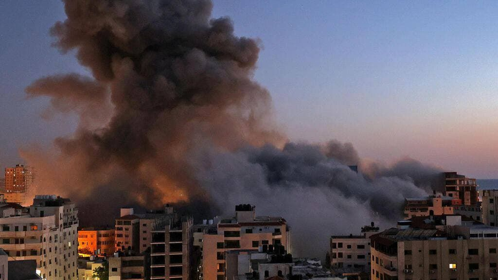 ЦАХАЛ сокрушил позиции ХАМАС в секторе Газа: 13-этажное здание ликвидировали одним ударом - кадры