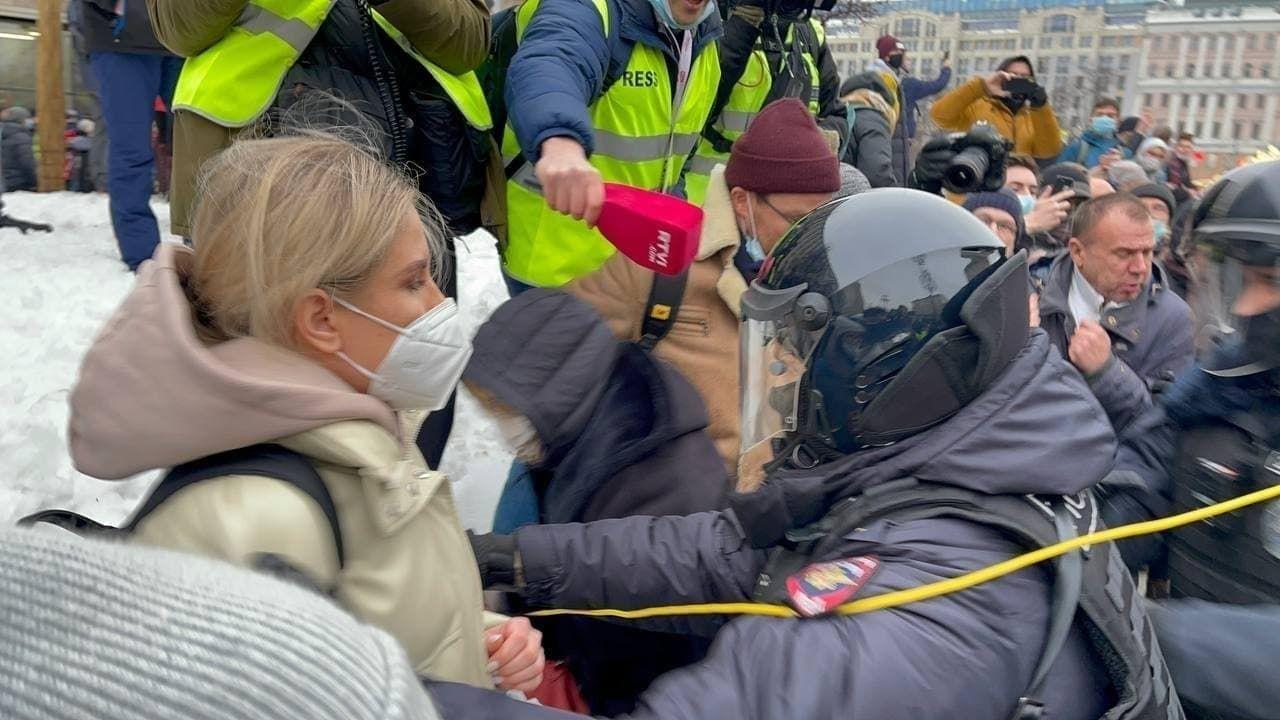 В Москве протестующие прогнали полицию, начались столкновения: на Пушкинской задержана жена Навального