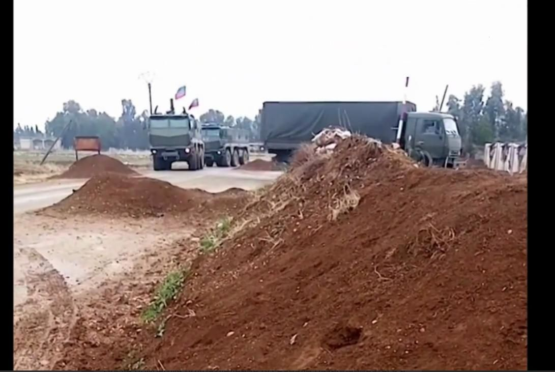 Россия перебрасывает солдат и оружие на границу с Турцией: колонна военных грузовиков попала на видео