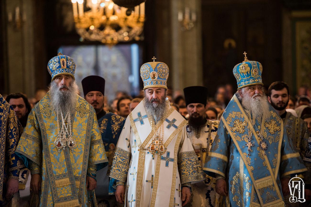 Глава УПЦ МП Онуфрий во время богослужения закидал прихожан Киевской лавры яйцами