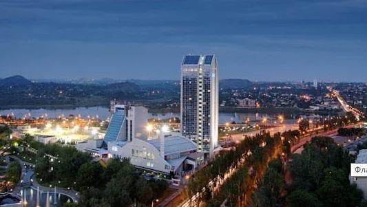 Донбасс ждет Украину: в центре Донецка повесили украинский флаг