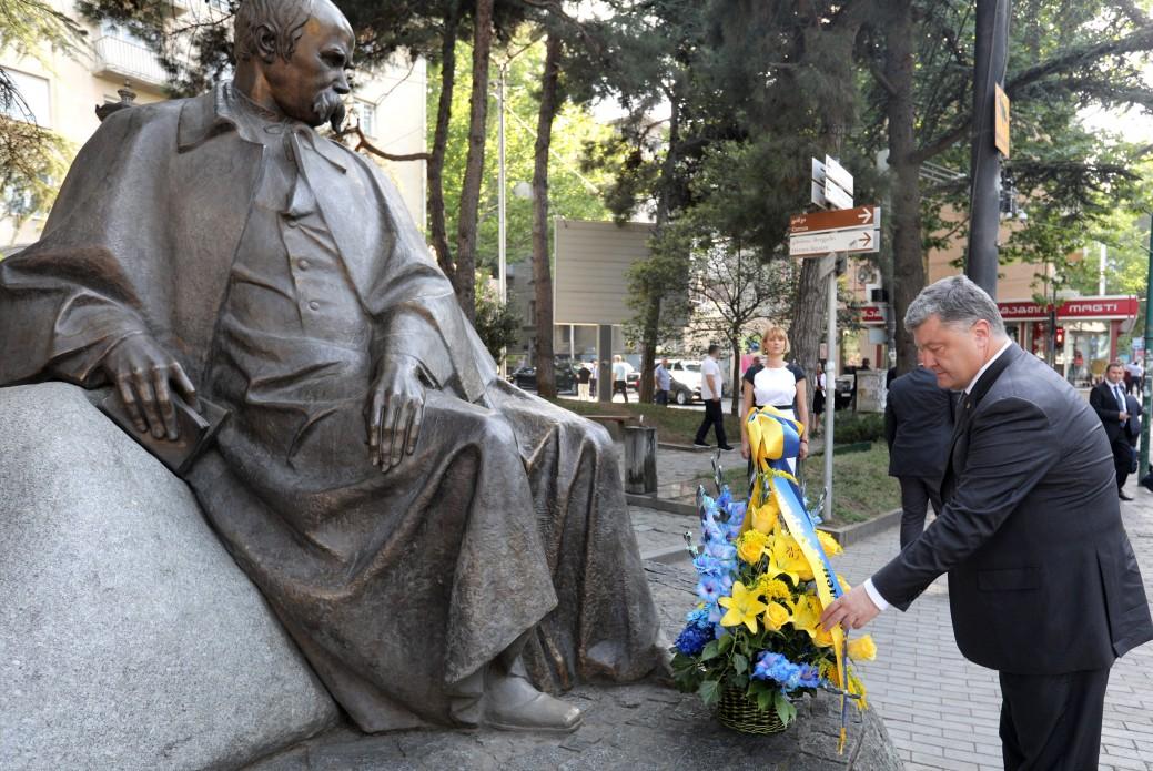 Порошенко в Грузии принес цветы к монументу Шевченко: лидер Украины почтил народного Кобзаря