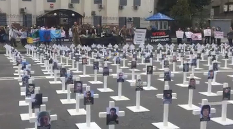 Под российским посольством прошла акция, посвященная трагедии под Иловайском, – кадры