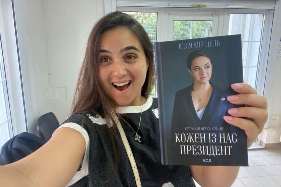 """""""Будет полезно узнать"""", - Мендель отправила свою книгу пресс-секретарю Путина"""