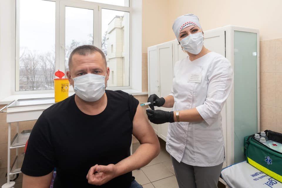 """Мэр Днепра Филатов вакцинировался от COVID-19 и обратился к Зеленскому: """"Фото с голым торсом не помогут"""""""