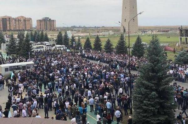 Ингушетия восстала против Чечни: силовики Путина устроили стрельбу, разгоняя тысячи протестующих, - кадры