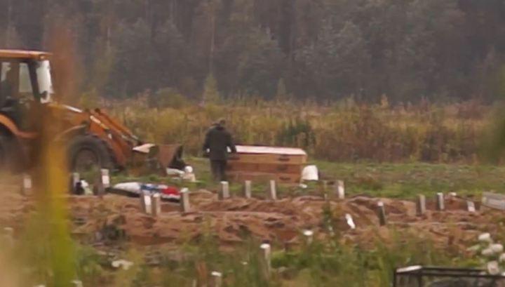 """Видео: россиянин поражен кладбищем боевиков с Донбасса в Колпино: """"Это правда, много могил, тут одни наши"""""""