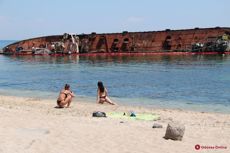 В Одессе на пляже люди купались и загорали рядом с утопленником несколько часов