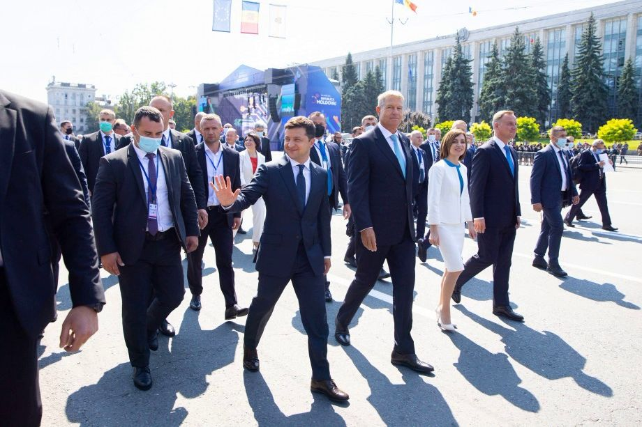 С опоздавшим Зеленским случился конфуз на параде в Молдове: президент встал на место Санду