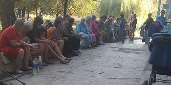 «Не бросайте нас, пожалуйста»: в общежитии Донецка бедствуют больше тысячи беженцев из Шахтерска