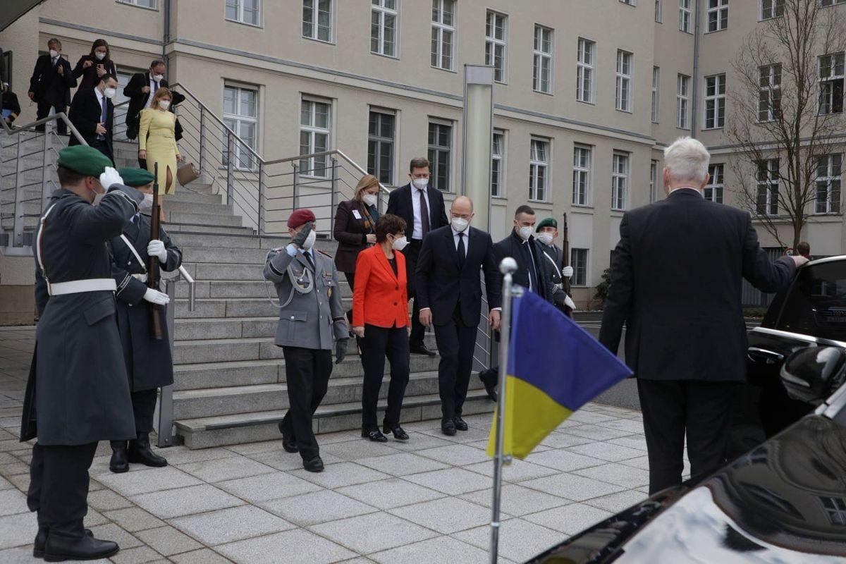 Шмыгаль полетел в Берлин на встречу с министром обороны ФРГ - нужно усилить оборону