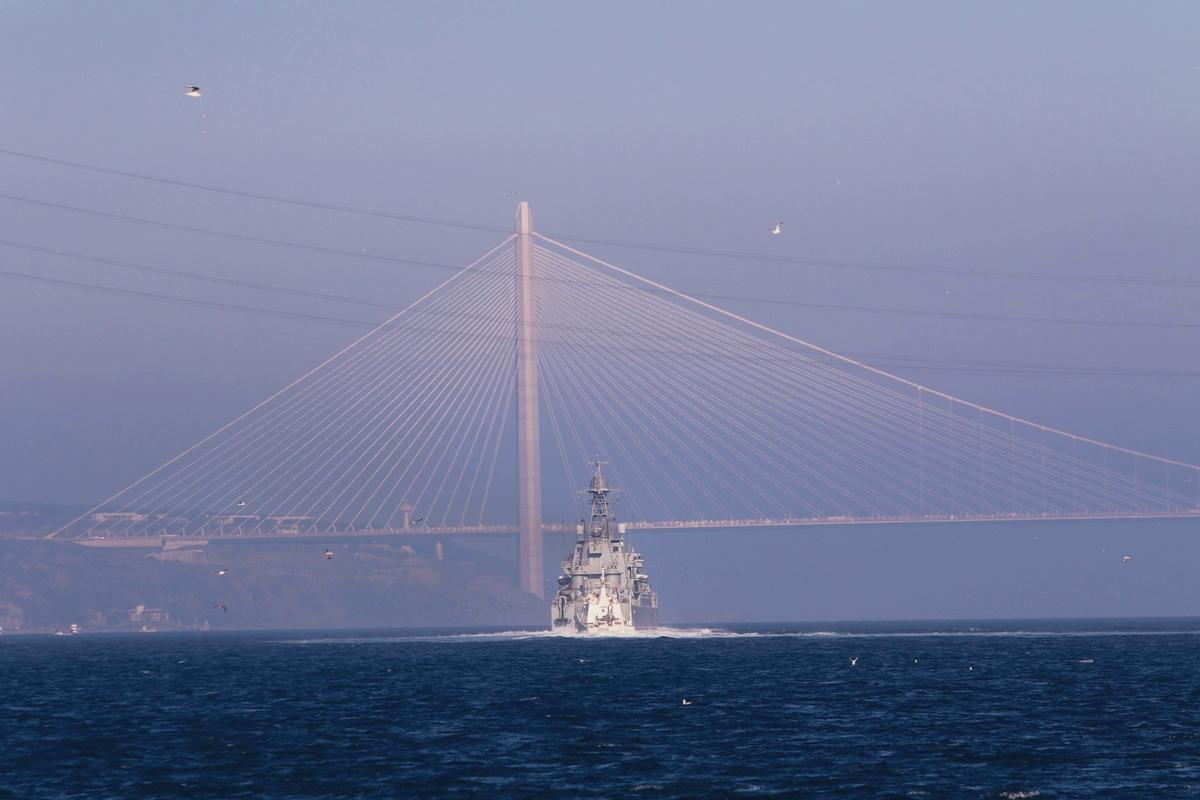 Россия перебрасывает в Сирию большую группировку войск - три корабля ВС РФ прошли Босфор