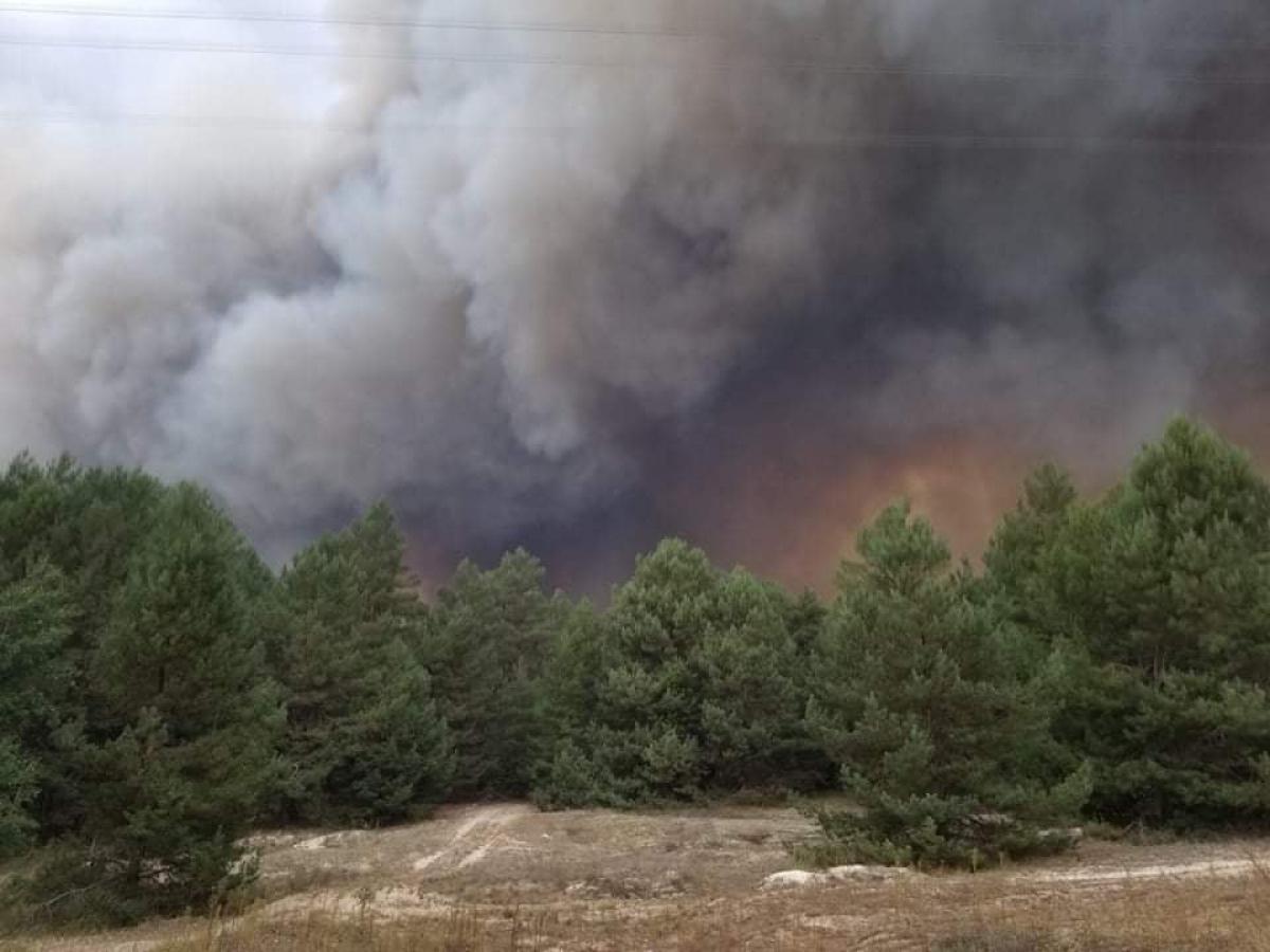 Пожар на военном полигоне под Киевом: жителей просят не покидать дома