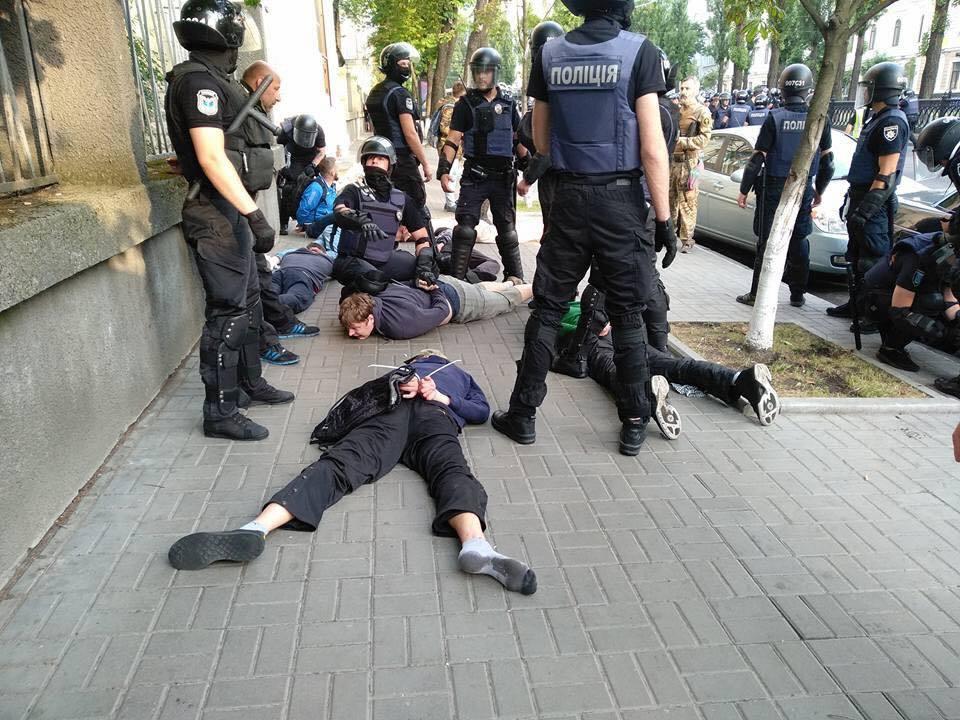 В Киеве начались жесткие стычки полиции и противников ЛГБТ-марша - много задержанных, есть раненые