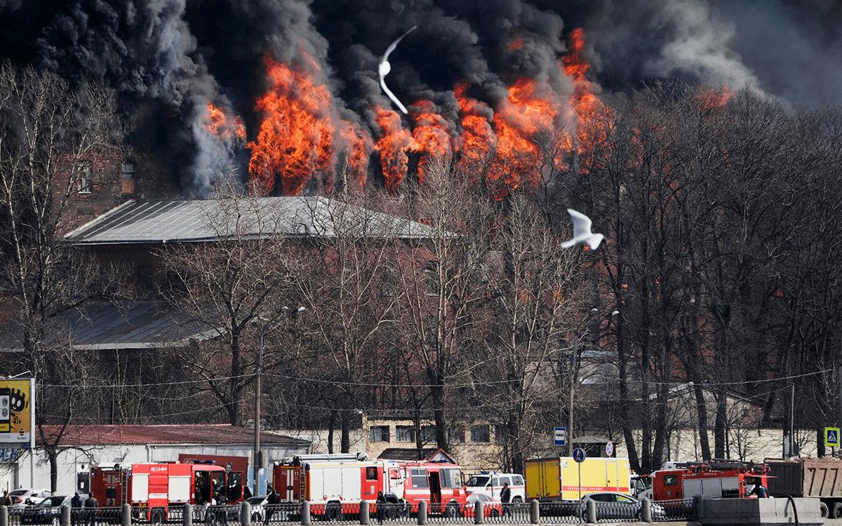 В Санкт-Петербурге не могут потушить пожар в горящей мануфактуре: пламя перекинулось на соседнее здание