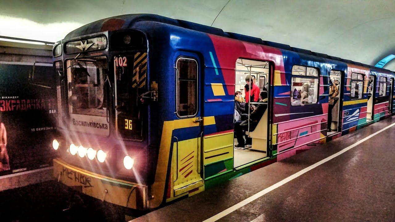 """""""Что за перформанс?"""" - своеобразный """"торговый маркет"""" на один день устроили в вагоне киевского метро"""