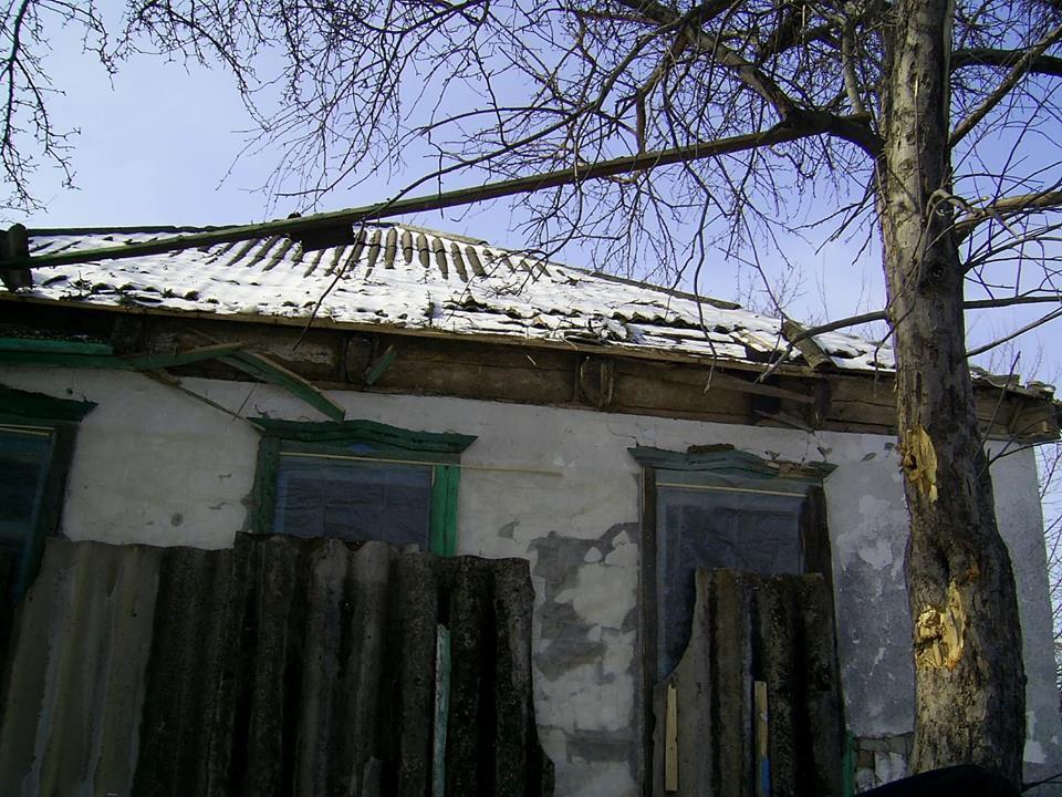 """152-мм вражеский снаряд попал в жилой дом на Луганщине - в штабе АТО рассказали об атаке террористов """"ЛНР"""""""