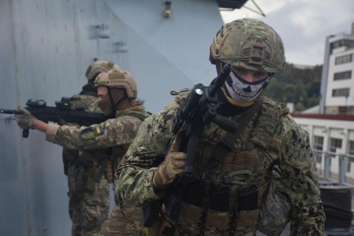 """Спецназ ВСУ с военными НАТО брали на абордаж и """"зачищали"""" британский эсминец Dragon"""