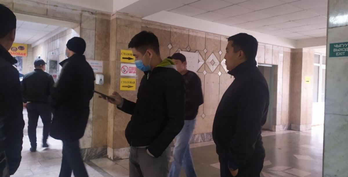 """В Бишкеке неизвестные пытались захватить офис крупнейшей золотодобывающей компании """"Кумтор"""" - появились кадры"""