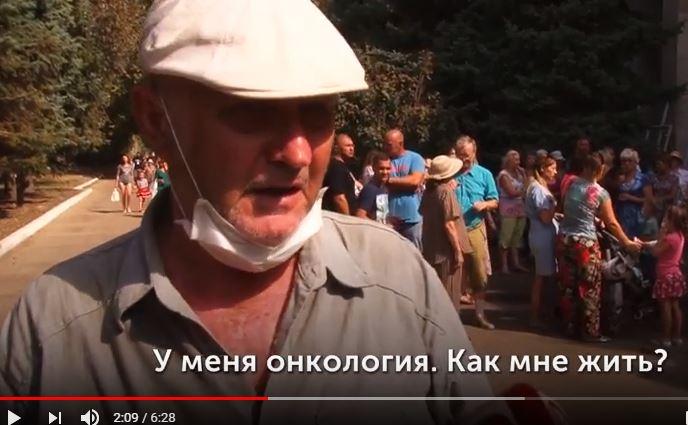 """Крик души жителей Армянска: """"Нам очень плохо, оккупанты нас убивают. Но Аксенову, наверное, хорошо дышится"""", - кадры"""