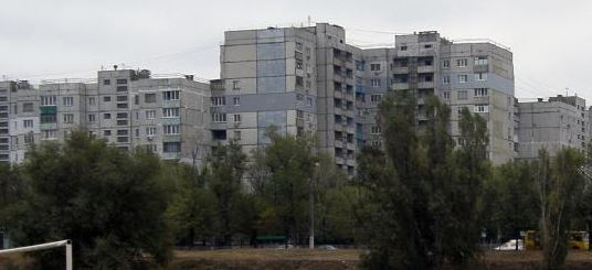 В оккупированном Луганске мужчина взял на руки сына и выбросился с балкона – громкие подробности