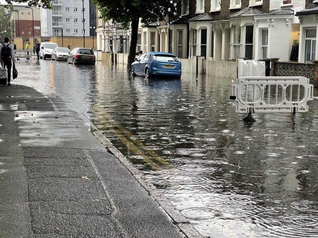 Сильнейший потоп в Лондоне привел к затоплению метро, дорог и домов