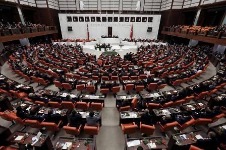 Грандиозное рукопашное столкновение в парламенте Турции: депутаты били друг друга ногами, взобравшись на столы