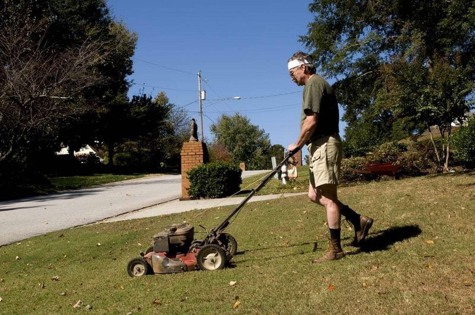 Для чего нужна газонокосилка? Правила эксплуатации садовой техники