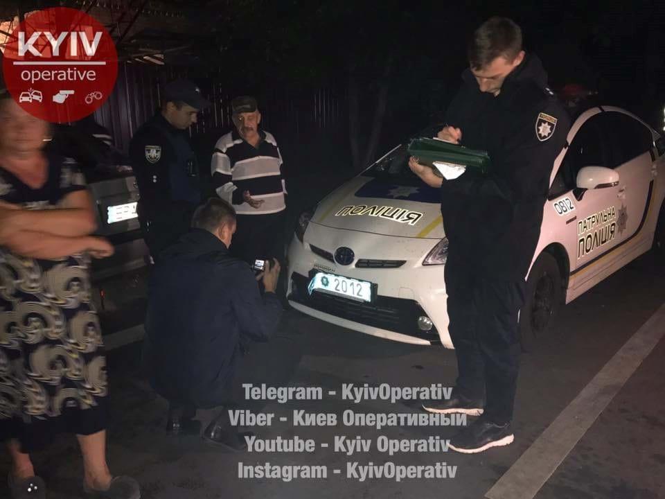Кадры с места нападения пьяной компании на полицейских в Киеве: для задержания буйных дебоширов пришлось экстренно вызывать подкрепление - есть раненые