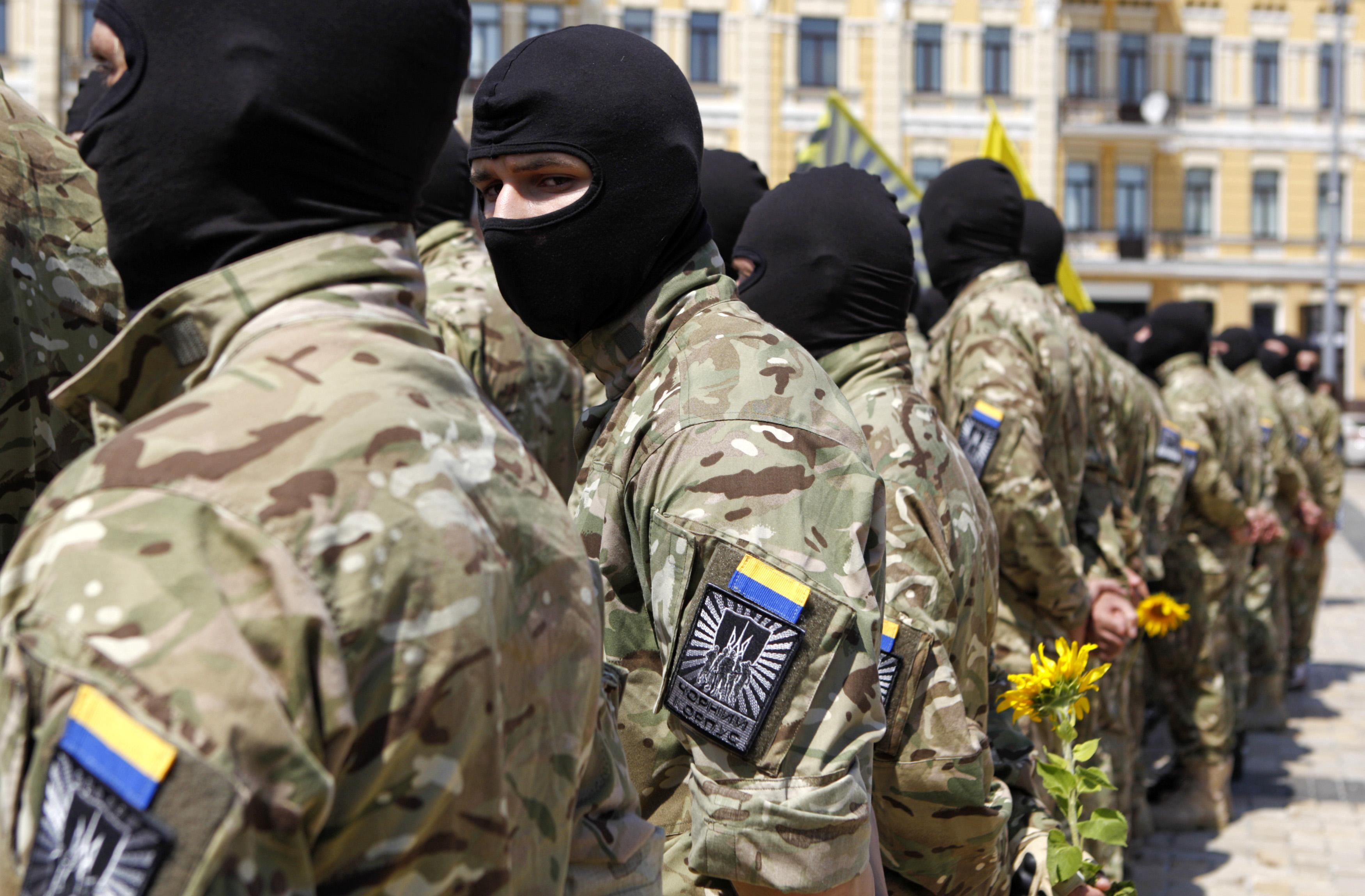 """Батальон """"Азов"""": """"Азов"""" отступать не будет, то же советуем и Президенту"""