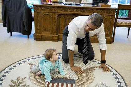 Псаки счастлива: Обама несколько минут проползал в своем президентском кабинете в Белом Доме