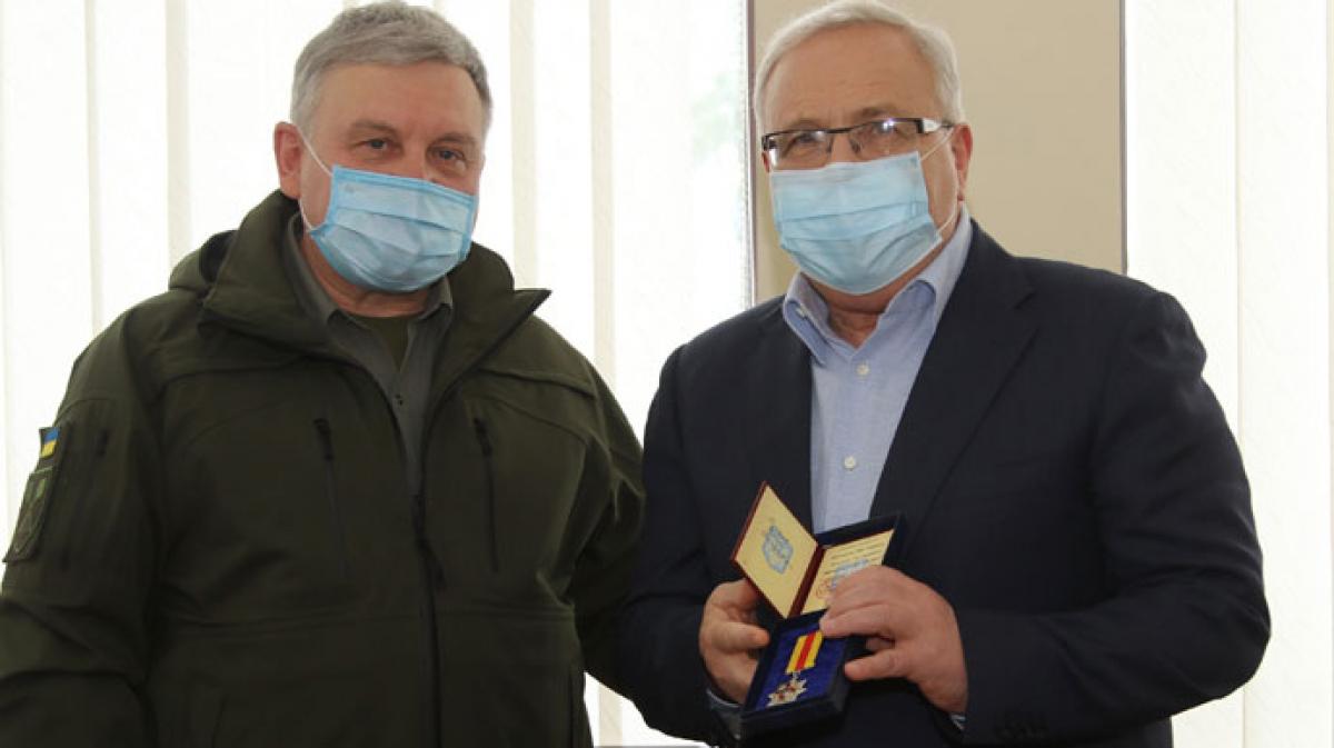 """Министр обороны Таран наградил """"регионала"""" Вилкула медалью - соцсети разозлились, когда узнали за что, фото"""