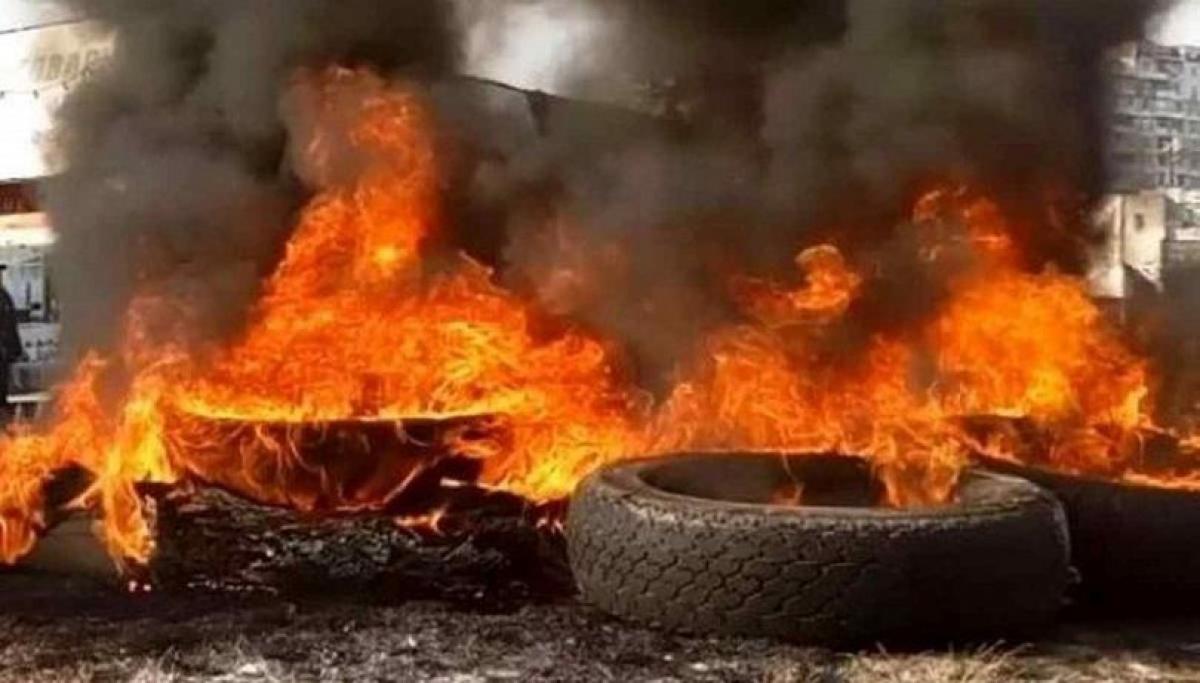 В Минске протестующие впервые ответили на избиения ОМОНом - горят покрышки и перекрыты дороги