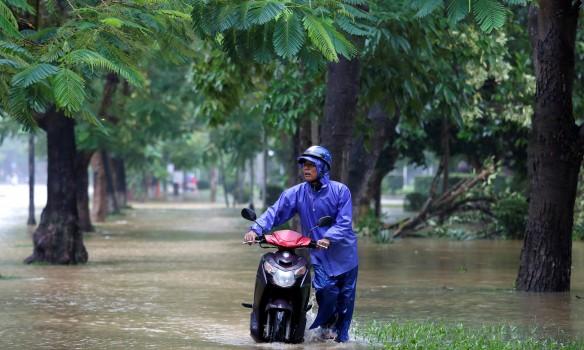 Страшный тайфун обрушился на Вьетнам: более 30 тысяч человек остались без крыши над головой, около 30 погибли