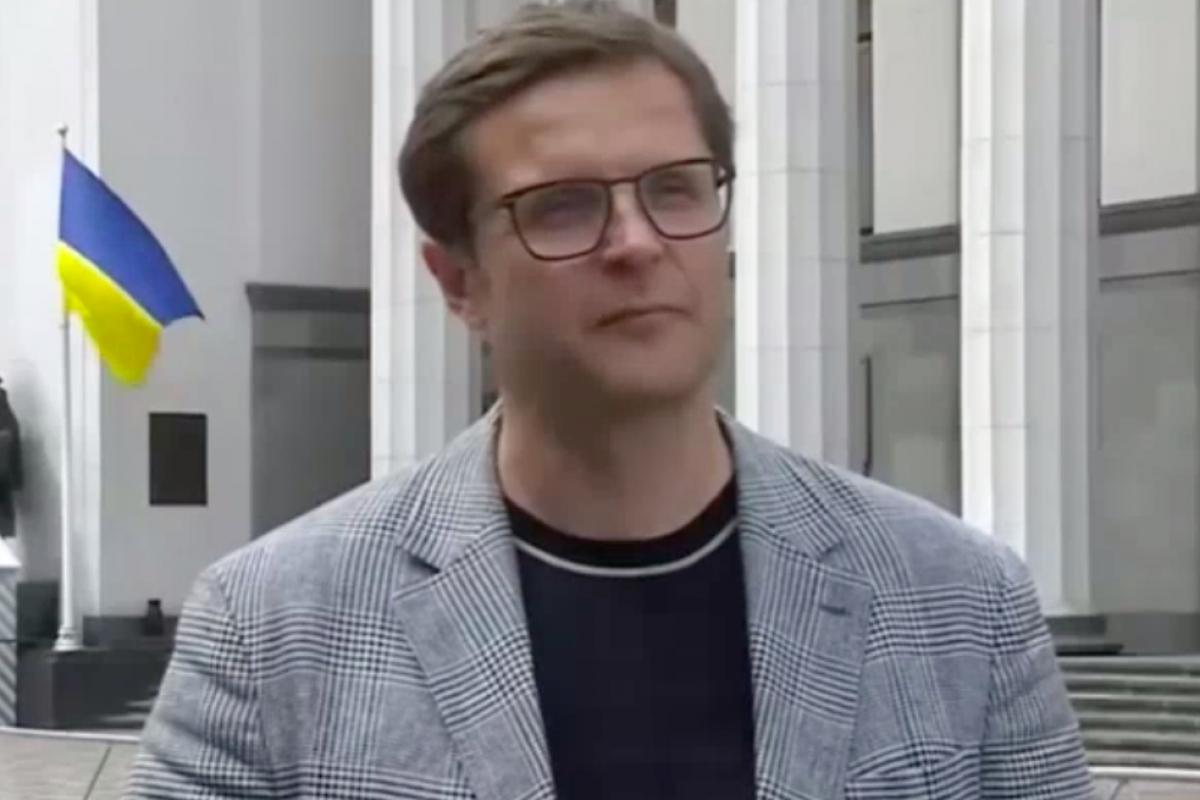 """""""Слуга народа"""" Холодов попал на видео, получая """"инструкции"""" от журналиста, - курьез случайно выпустили в эфир"""