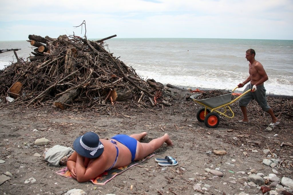 Потоп превратил пляжи Сочи в свалку, но россиян это не остановило: появились фото
