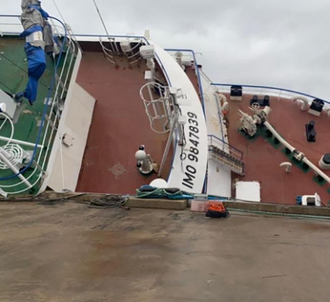 В России перевернулся стоящий на ремонте траулер: на судне находилось 80 человек, есть жертвы