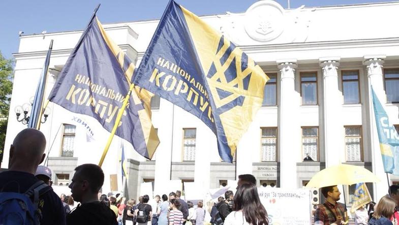 Баталии под Верховной Радой: Нацкорпус начал штурм Парламента, есть пострадавшие – кадры