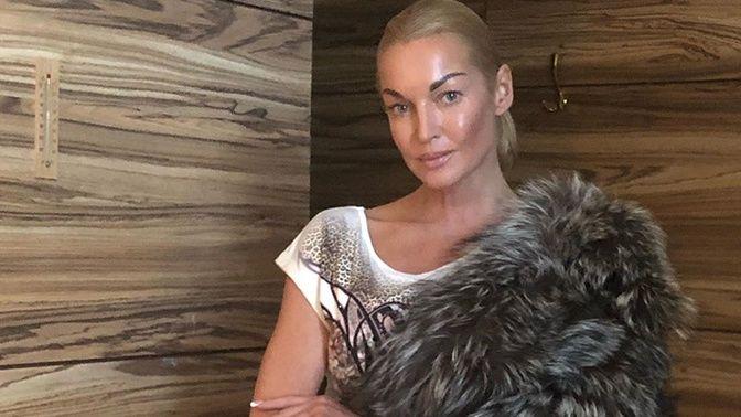 Балерина Волочкова встретила новый год в снегу под елкой в одном мини-бикини