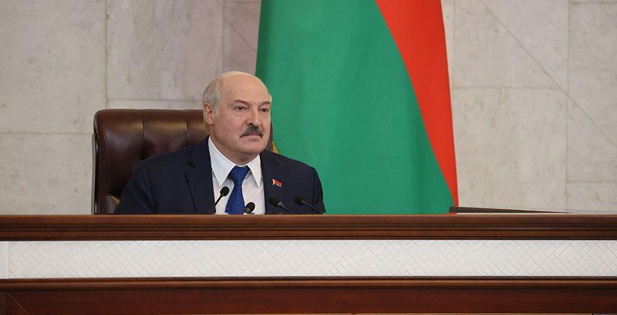 """Лукашенко """"пригласил"""" Байдена в Минск: """"Поднимем истребители и будем сопровождать"""""""