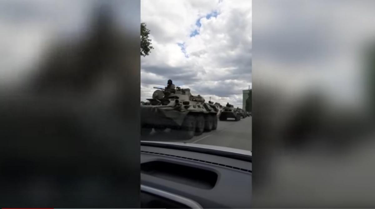 Колонны российских БТРов, танков и вертолетов идут к границе с Украиной, жители Ростова бьют тревогу - видео