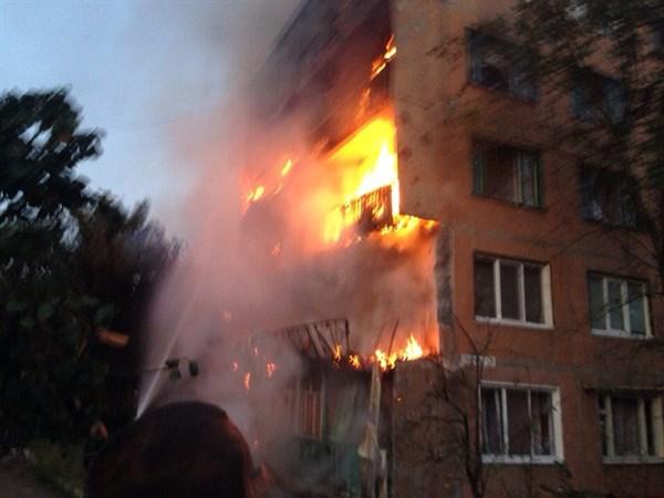 В Горловском поселке из-за обстрелов загорелся многоэтажный дом