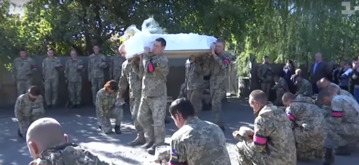 Горький траур на Луганщине: в День защитника плакали и прощались с 19-летней военной Лесей Баклановой - кадры